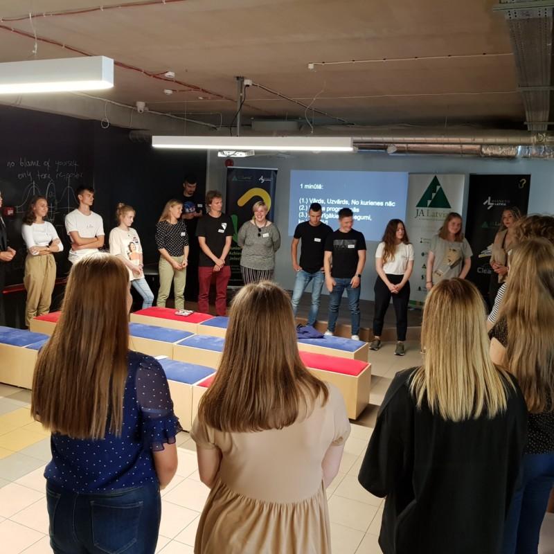 Sākusies uzņēmējdarbības un līderības nometne jauniešiem